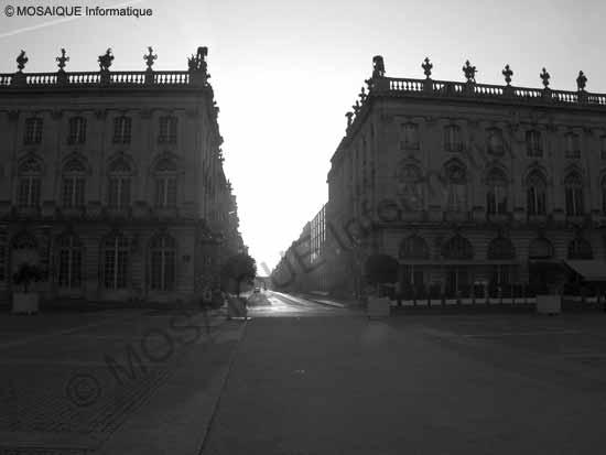 La Place Stanislas, à Nancy, au lever du soleil (5 heures 45, le 31 mai). La prise de vue est orientée plein est et les bâtiments apparaissent en contre-jour - Cours photo numérique