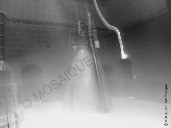 La faible lumière ambiante, sur cette photographie d'intérieur, a obligé le mode automatique à fixer le temps d'exposition à une seconde, alors que l'appareil était tenu à pleines mains : il n'en fallait pas plus pour rater cette photographie - Cours photo numérique