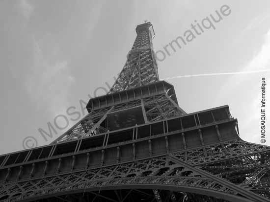 Cours photo numérique - Une prise de vue au pied d'un édifice donne une impression de perspective exagérée et d'un point de fuite presque dans l'axe du sujet