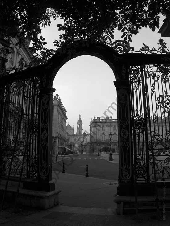 Cours sur la photo numérique -  La grille Stanislas, à Nancy, est ici largement sous-exposée