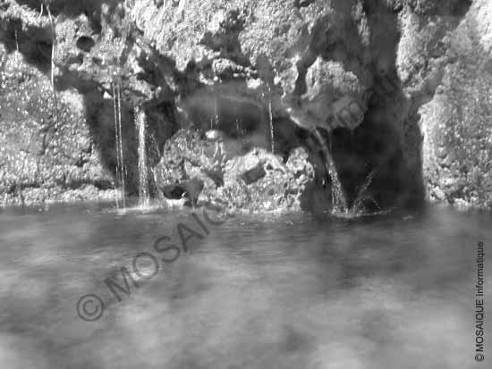 Cours photo numérique - La surface de l'eau, en mouvement, est floue car le temps d'exposition était de ¼  de seconde. L'appareil était sur pied (évitant ainsi un bougé de l'appareil lors du déclenchement).