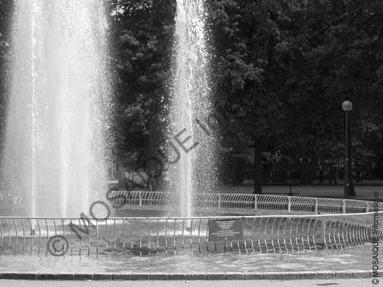 Cours photo numérique - Un temps d'exposition de 1/1000 ième de seconde à permis de figer les jets d'eau