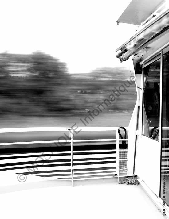 Cours photo numérique -  Un temps d'exposition de 1 seconde avec un appareil sur pied, solidaire du bateau, rendent ce dernier net alors que le paysage semble défiler très vite
